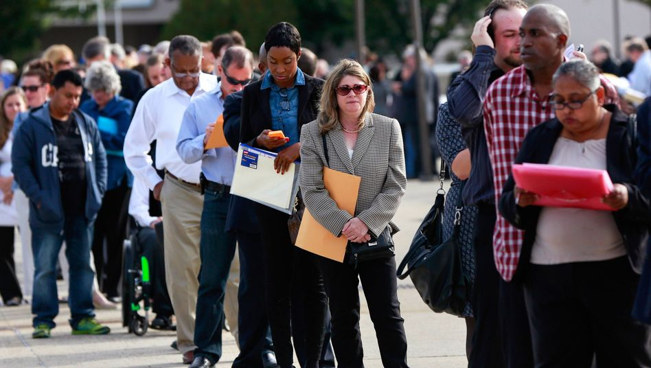 US-Bürger warten vor dem Job-Center: Anträge auf Arbeitslosenhilfe drastisch gestiegen
