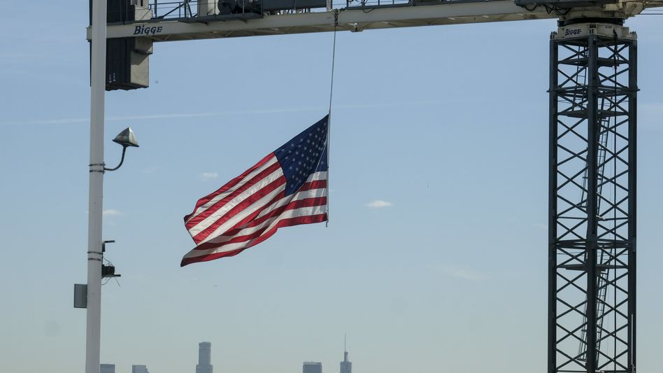 Hängt nur noch auf Halbmast: Die US-Flagge an einem Kran auf einer Baustelle in Hollywood - mit 134 Milliarden US-Dollar sind die ausländischen Direktinvestitionen um 49 Prozent eingebrochen