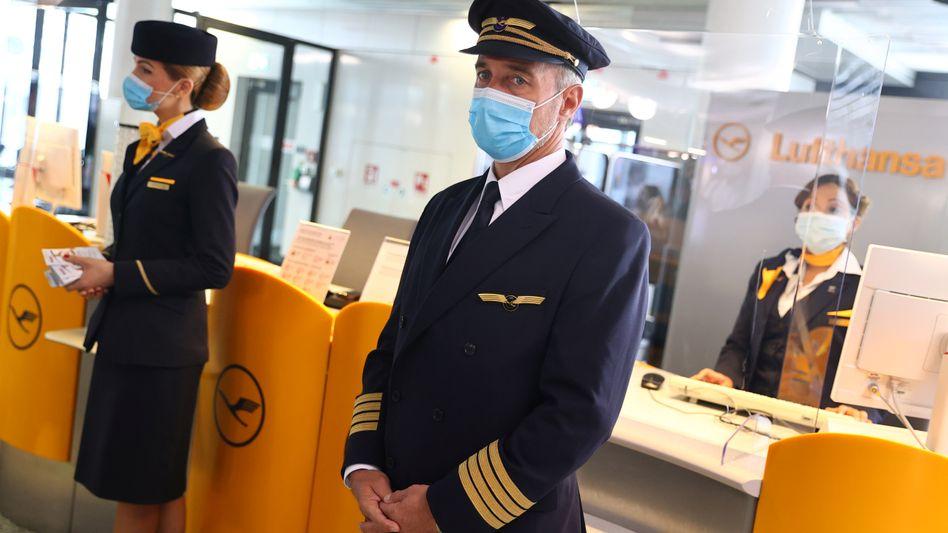 Lufthansa-Mitarbeiter am Flughafen Frankfurt: Das Angebot gilt nicht nur für die Marke Lufthansa, sondern auch für die Konzerntöchter Swiss, Austrian Airlines und Brussels Airlines