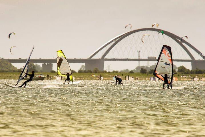 Mehr als baden: Auf Fehmarn fühlen sich auch Kitesurfer wohl.