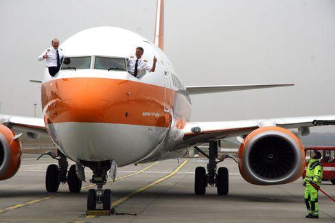 Gute Laune: Die Besatzung des neuen Luxusfliegers freut sich auf betuchte Klientel