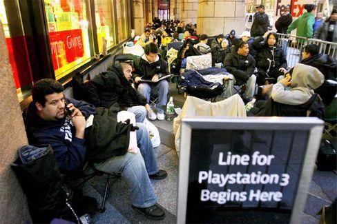 Hype um eine Spielkonsole: Beim US-Verkaufsstart im November vergangenen Jahres standen die PS3-Fans tagelang Schlange