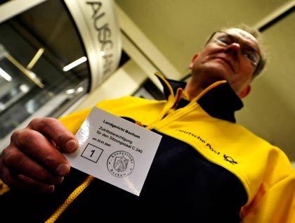 Eintritt gesichert: Der Briefzusteller Heinz-Otto Labudda will erleben, wie sein ehemaliger Konzernchef auf die Vorwürfe der Staatsanwaltschaft reagiert