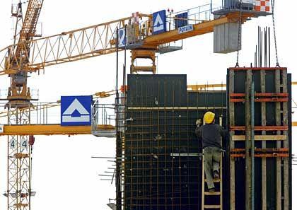 Spanier bauen mit: Hochtief-Kräne auf einer Baustelle am Düsseldorfer Flughafen