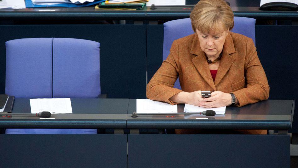 Regierungsbank im Reichstag: Bundeskanzlerin Merkel mit ihrem Handy