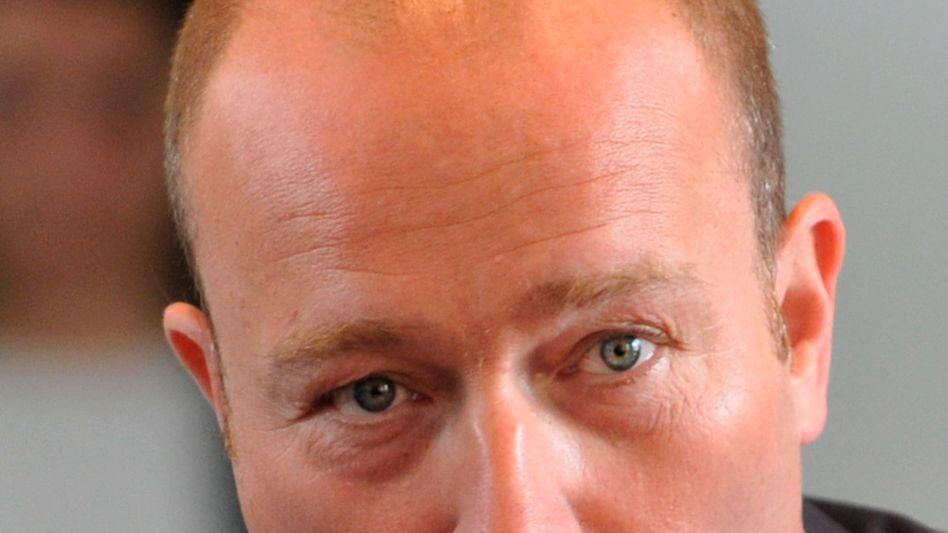 Dumm gelaufen: Der von der BayernLB gefeuerte Risikomanager Gerhard Gribkowsky fühlte sich offenbar von Fragen nach seinem Vermögen belästigt - doch für die Herkunft der in einer Stiftung versteckten Millionen interessierten sich dann auch die Ermittler