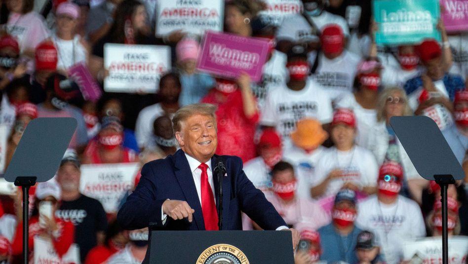 """Trump auf dem Gelände des Sanford International Airport (Florida). Mehrere Corona-Schnelltests an """"aufeinanderfolgenden Tagen"""" sollen negativ ausgefallen sein"""