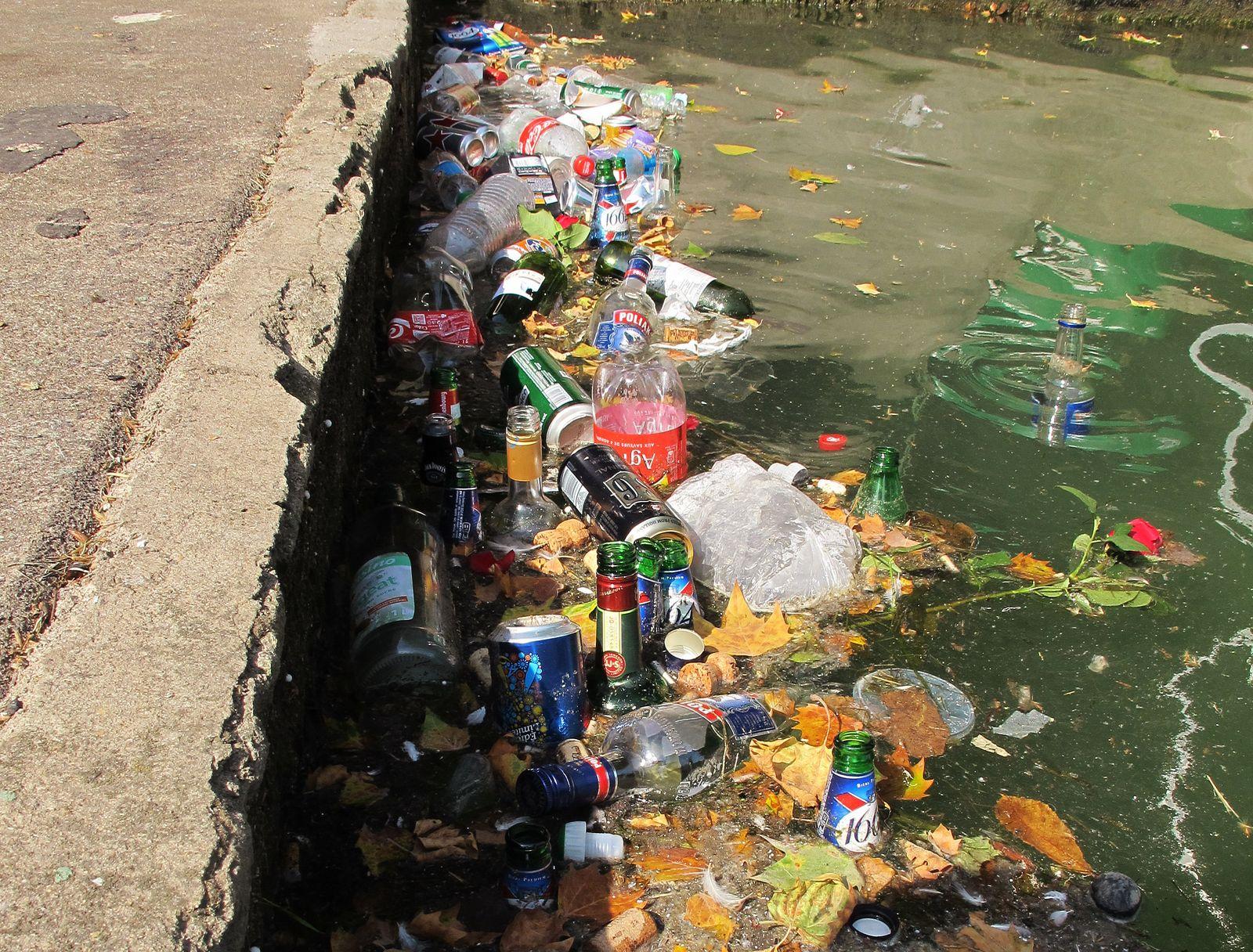 Paris/ Müll im Kanal/