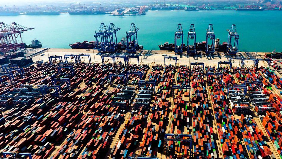 """Container-Terminal in China:""""Die Weltwirtschaft bewegt sich in schwierigem Fahrwasser"""""""