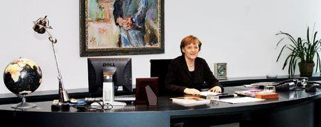 Schaltzentrale der Macht: Kanzlerin Merkel an ihrem Schreibtisch