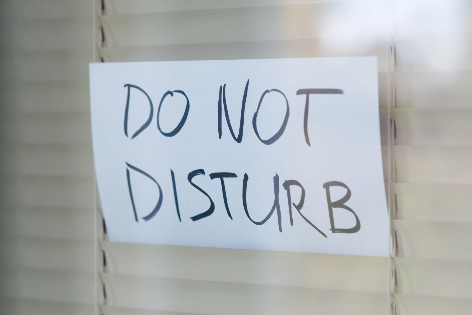 The request not to disturb is seen in a window closed by blinds