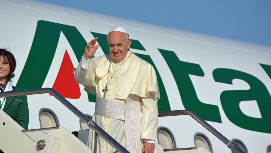 Prominenter Fluggast: Papst Franziskus flog und fliegt mit Alitalia. Doch der Fluggesellschaft droht jetzt die Pleite