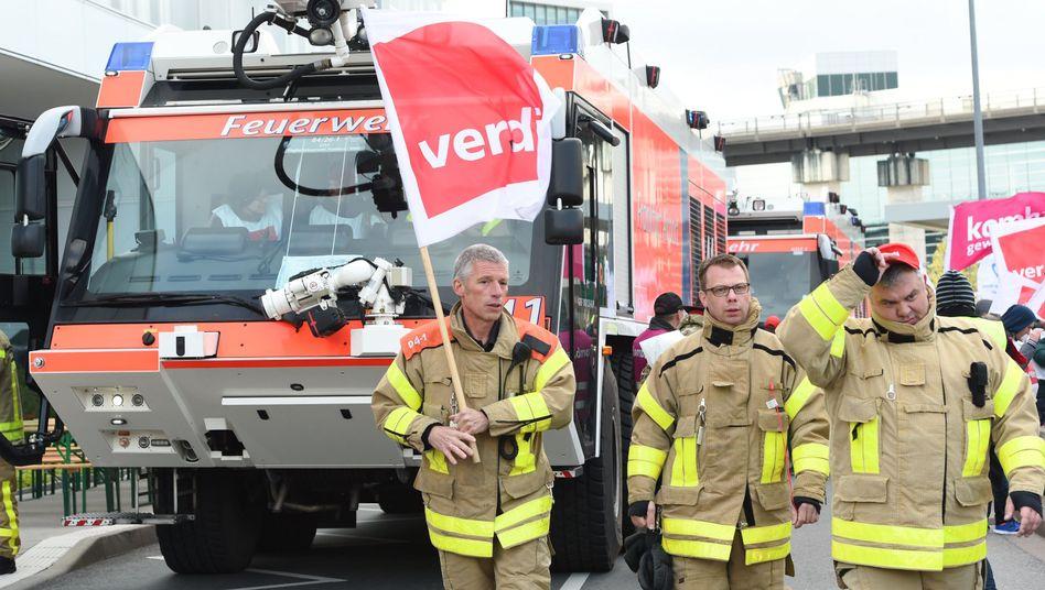 Ohne sie geht an einem Flughafen nichts: Mitglieder der Flughafenfeuerwehr Frankfurt sind am Mittwoch in den Warnstreik getreten und haben damit einen Großteil des Flugverkehrs lahm gelegt
