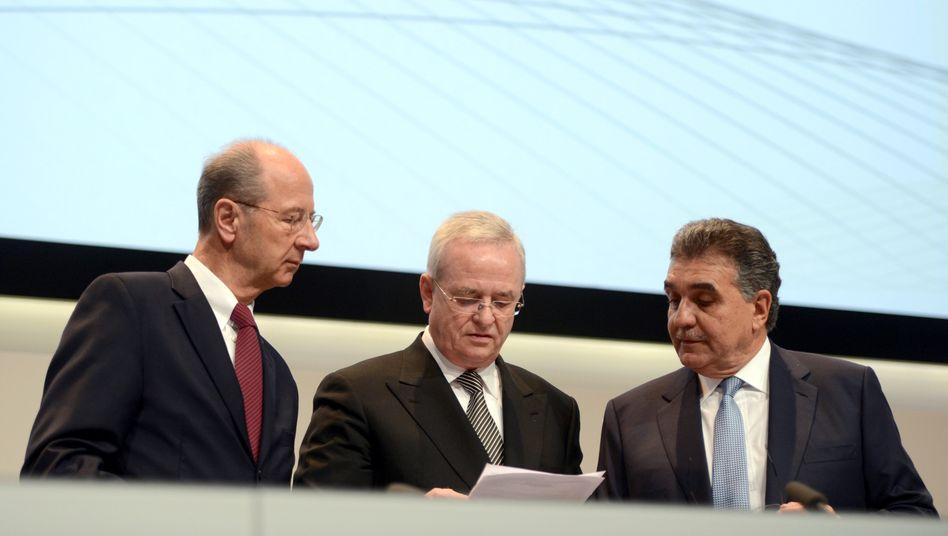 Besprechung auf der Hauptversammlung: Finanzvorstand Hans Dieter Pötsch, Vorstandsvorsitzender Martin Winterkorn und Einkaufsvorstand Francisco Javier Garcia Sanz (v.l.)