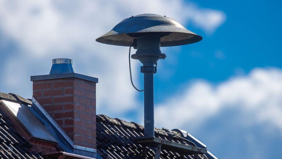 Sirene auf einem Dach: Heute werden in ganz Deutschland Warn-Apps piepen, Sirenen heulen, Rundfunkanstalten ihre Sendungen unterbrechen und Probewarnungen auf digitalen Werbetafeln erscheinen, um die Warn-Infrastruktur zu testen