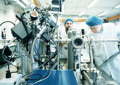 Alles auf InnovationOmicron führt bei Nanotechnik Das Unternehmen: Die Hessen sind Weltmarktführer für Rastertunnel- und Rasterkraftmikroskope. Besondere Stärke: 40 Prozent der Belegschaft sind Physiker - Omicron liegt in der Nanotechnologie vorn, investiert 10 Prozent vom Umsatz in Innovationen. Herausforderung: Der Weg aus der Nische auf den Massenmarkt.