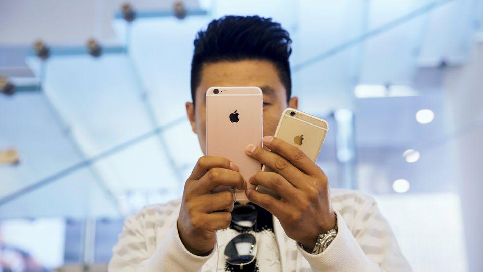 """""""Weiterhin wundervoller Erfolg"""": Trotz nachlassender Konjunktur - die neuen Modelle iPhone 6s and 6s Plus sind in China gefragt. Auf dem mittlerweile weltgrößten Smartphone-Markt hat Apple seine Erlöse im letzten Quartal fast verdoppelt"""