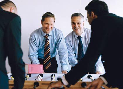 Klein und wendig: Jörg Podehl und Wolfgang Peters (h., v. l.), die sich gern mal am Kicker entspannen, haben ihre 14 Anwälte starke Kanzlei mit originellen Ideen auf Wachstumskurs gebracht: Seit Neuestem beraten sie sogar Mandanten in Indien.