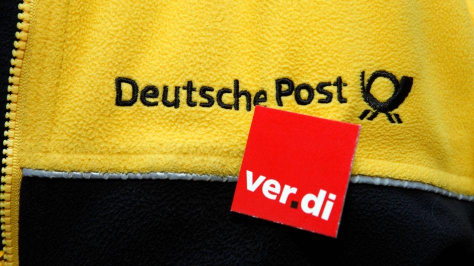 Jacke eines Post-Mitarbeiters mit Verdi-Sticker