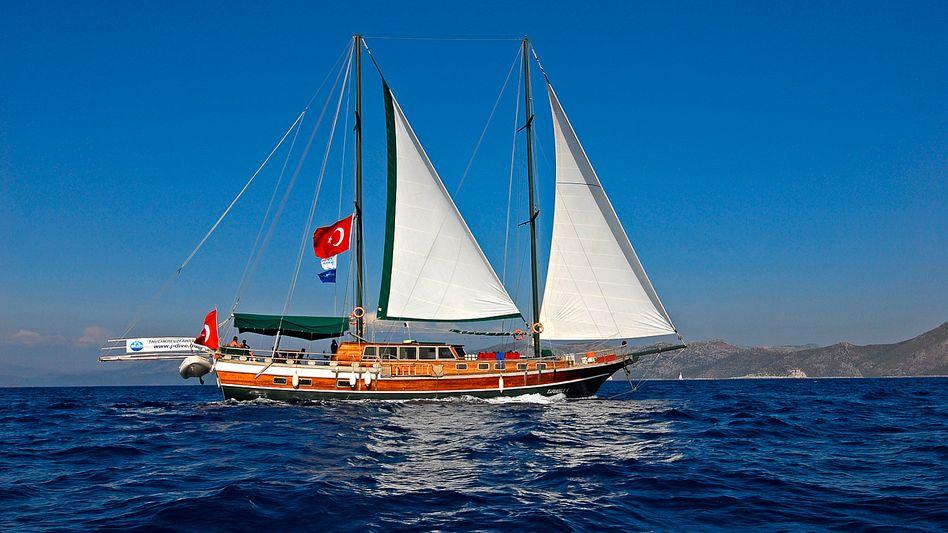 Gulet: Unter vollen Segeln nähert sich das aus Holz gebaute Schiff dem nächsten Tauchspot