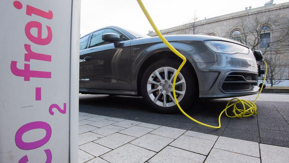 Laden als Herausforderung: 2020 haben E-Autos in Deutschland den Sprung aus der Nische geschafft, doch in punkto Ladeinfrastruktur bleibt noch viel zu tun