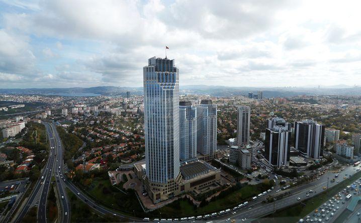 Bankenviertel Istanbul: Die Ratingagentur Moody's hat 20 türkische Banken und Finanzinstitute abgestuft, die wichtige Isbank (im Bild die Zentrale) sogar gleich um zwei Stufen