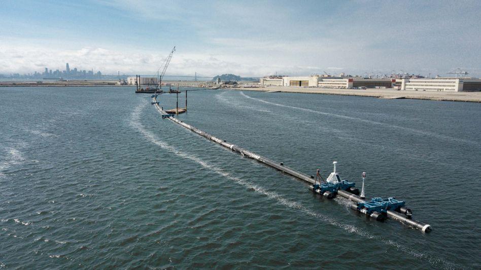 """Das Reinigungssystem """"The Ocean Cleanup"""" schwimmt in der Lagune vor dem Montageplatz. Ab dem 08.09.2018 soll die U-förmige Anlage knapp 500 Kilometer vor der Küste zum Einsatz kommen und Plastikmüll aus dem Meer sammeln."""