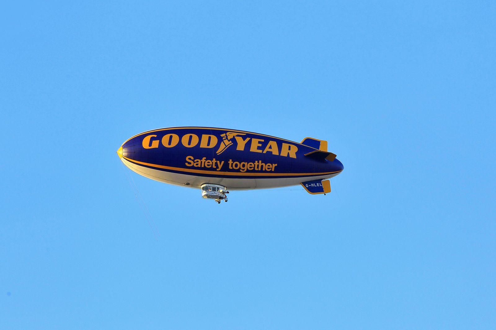 Goodyear Zeppelin / blauer Himmel / Luftfahrt