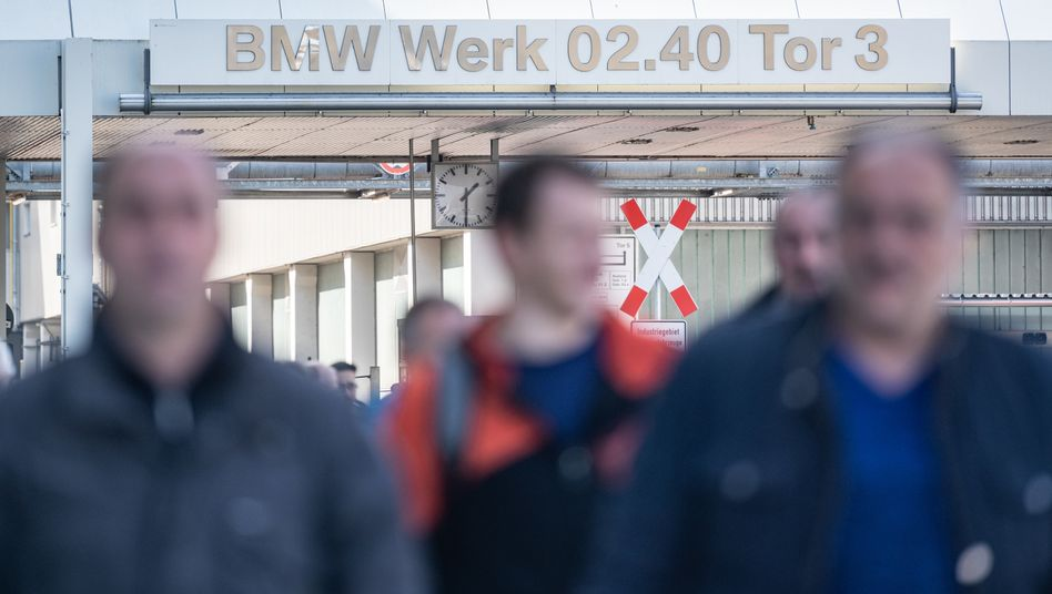 BMW-Werk in Dingolfing, Bayern: Der Autobauer ist nur eines von vielen Unternehmen in Deutschland, das wegen der Corona-Krise Kurzarbeit für seine Mitarbeiter anmelden musste