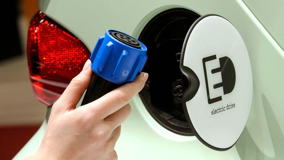 Stromanschluss bei einem Smart Brabus electric drive: Die Verkaufszahlen von Elektroautos steigen nur langsam