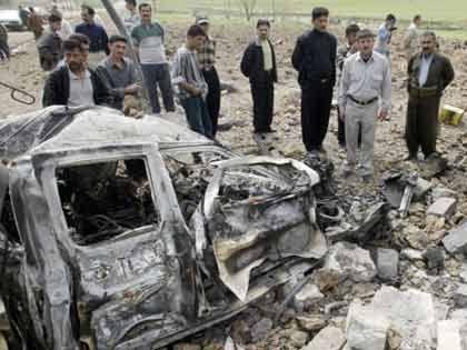 kurdische Zivilisten bei einem Autowrack