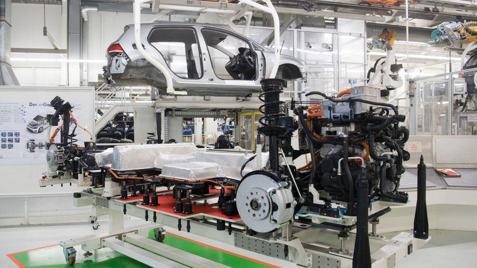 Fertigung des E-Golfs in Wolfsburg: VW investiert bis 2023 30 Milliarden Euro in Elektromobilitäts-Projekte
