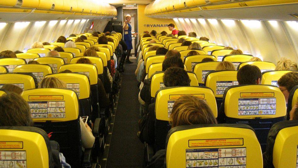 """Passagiere in einem Ryanair-Flugzeug: Die Fluggesellschaft bietet künftig """"Business Plus""""-Tickets für Geschäftsleute an. Mehr physischen Komfort beinhalten diese jedoch nicht"""