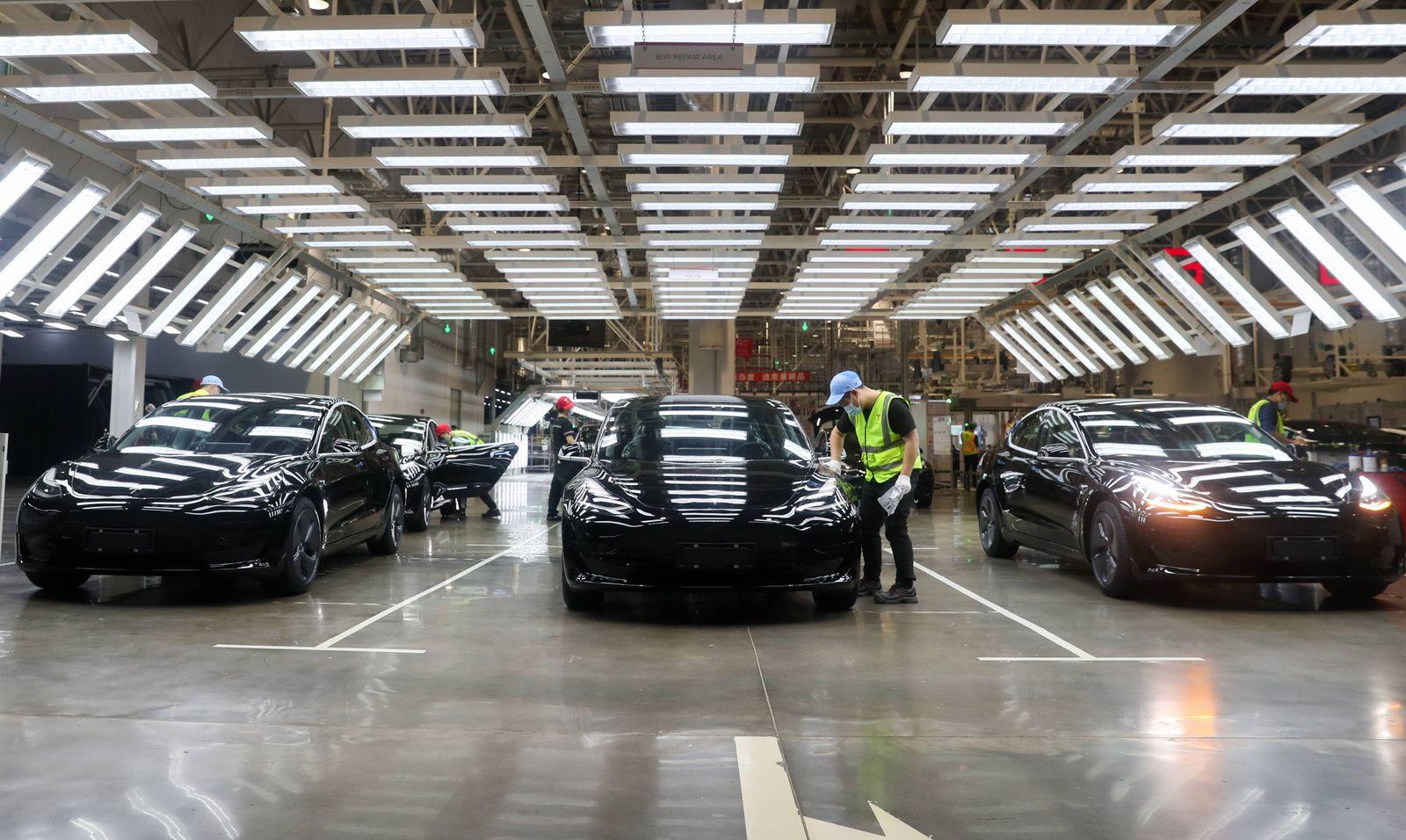 China, Eindrücke aus dem Tesla-Werk in Shanghai (201124) -- SHANGHAI, Nov. 24, 2020 -- Employees work at the Tesla Gigaf