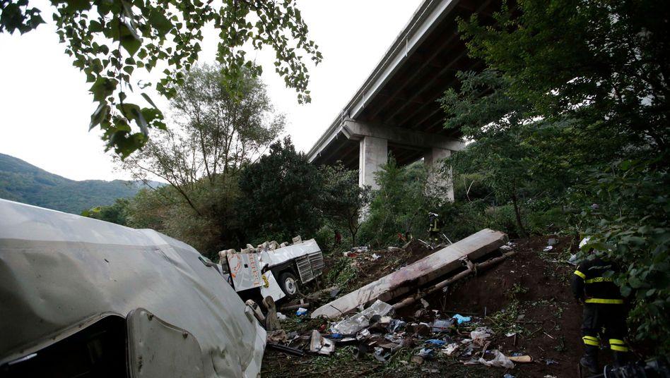 Autobahnbrücke bei Neapel: 30 Meter tief fiel der Bus mit 50 Menschen an Bord