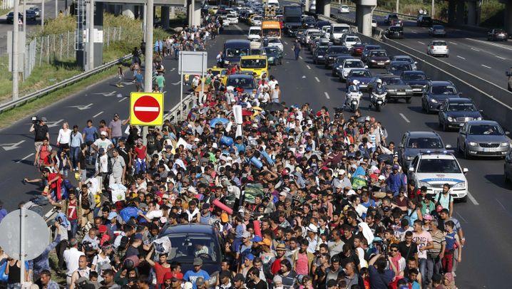 Flüchtlinge Ungarn: Massentreck auf der M1