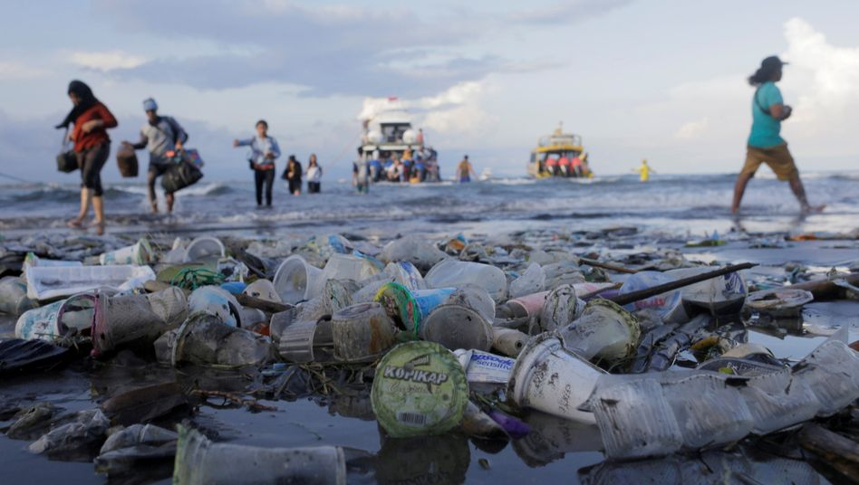 Wohlstands-Müll: Plastikabfall an einem Strand auf Bali