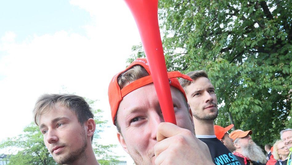 """""""Wir sind Siemens und wollen es auch bleiben """": Schon 2015 rief die IG Metall ihre Mitglieder zu einem bundesweiten Aktionstag gegen den geplanten Stellenabbau bei Siemens auf"""