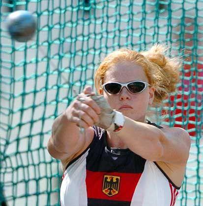 Cool bleiben: Im Hammerwurf der Damen versuchte sich Betty Heidler mal mit Brille, mal ohne. Offensichtlich mit Erfolg, denn die Frankfurterin hämmerte die Kugel auf 69,81 Meter und schaffte damit als Achter problemlos die Qualifikation für den Endkampf der besten Zwölf.
