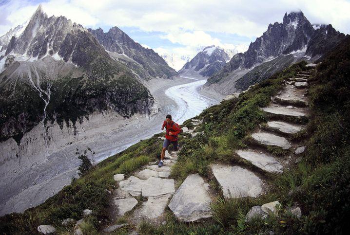 Der Ultramarathon-Mann: Dean Karnazes am Montblanc. Aber nicht nur für Ultraläufe, sondern selbst für den Firmenlauf muss man trainieren, damit die Sache Spaß machen kann.