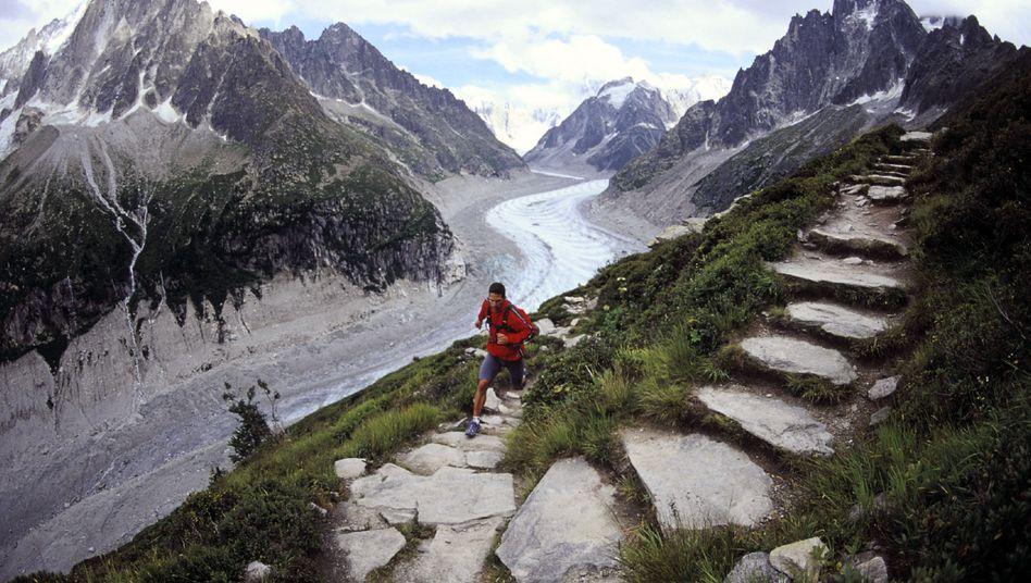 """Ultraläufer sehen etwas von der Welt: Hier Dean Karnazes beim Montblanc-Ultra, einem Lauf über 168 Kilometern. Karnazes hat über seine Erfahrungen das Buch """"Ultramarathon Man: Confessions of an All-Night Runner"""" geschrieben."""