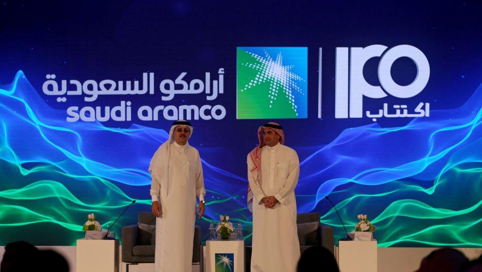 Amin H. Nasser, CEO von Saudi-Aramco (l.) und Yasser al-Rumayyan, Chairman, in Dhahran, Saudi-Arabien: Saudi Aramco wird mit dem Börsengang zum weltgrößten börsennotierten Konzern aufsteigen - und die bisherige Nummer eins, Apple, ablösen