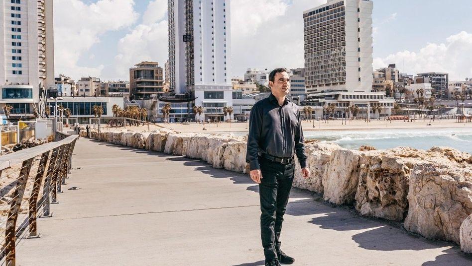 DEUTSCHLANDS HAUSMEISTER Amir Dayan (hier in Tel Aviv) hat sein Vermögen vervielfacht, indem er deutsche Immobilien zu Spottpreisen kaufte