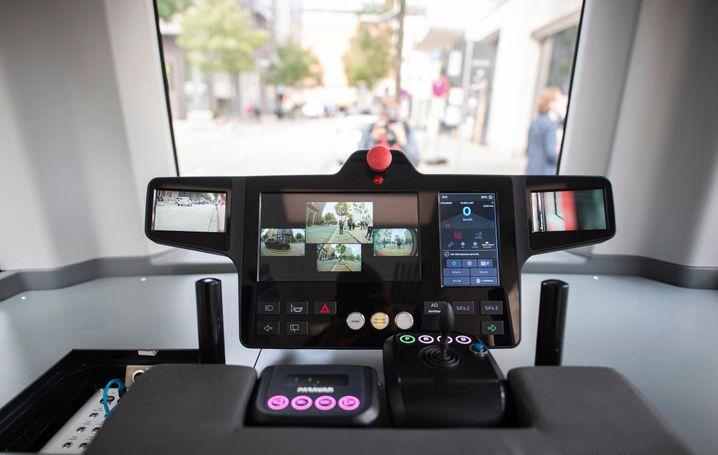 Gemächlich, aber kein Verkehrshindernis: Cockpit mit Fahrinstrumenten im HEAT-Bus