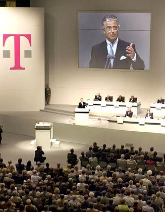 Stetige Erträge: Zwei Jahre lang - bis zur Ablösung von Ron Sommer - verdienten Hedgefonds prächtig am Kursverfall der Telekom-Aktie