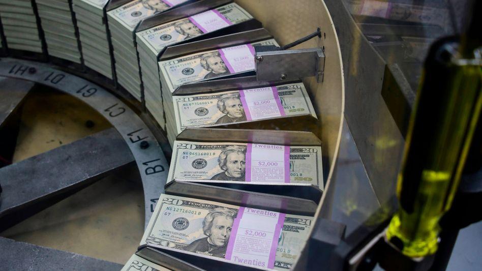 König Dollar: Anleger fliehen angesichts steigender Zinsen in den USA - der Streit zwischen EU und Italien sowie die zähen Brexit-Verhandlungen beschleunigen die Flucht in den Dollar