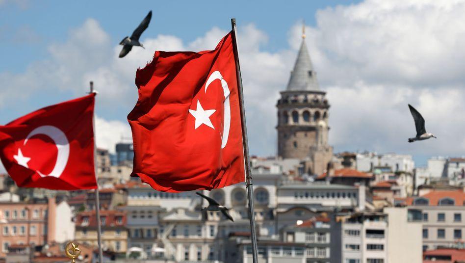 Mit Beginn der massiven türkischen Angriffe auf kurdische Stellungen in Nordsyrien hat die türkische Lira rund 5 Prozent nachgegeben, der Börsenleitindex gar um 7 Prozent. Die türkische Wirtschaft gilt als fragil, eine Ausweitung des Konflikts mit Sanktionen könnte ihr stark schaden, heißt es.
