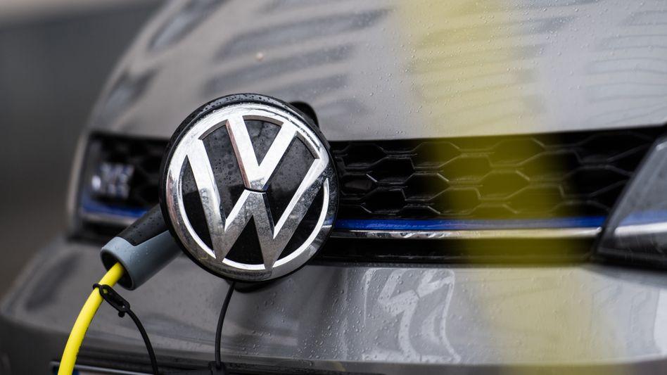 VW legt bei Elektroautos deutlich zu. Doch das reicht nicht, um das aktuelle CO2-Durchschnittsziel von 95 Gramm Kohlendioxid pro Kilometer zu erreichen. Auch Daimler schafft das Ziel laut einer Studie derzeit nicht