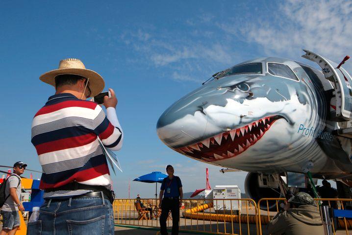 """Embraer-Flugzeug in Hai-Optik mit Aufschrift """"Profitjäger"""" auf chinesischer Luftfahrtmesse"""