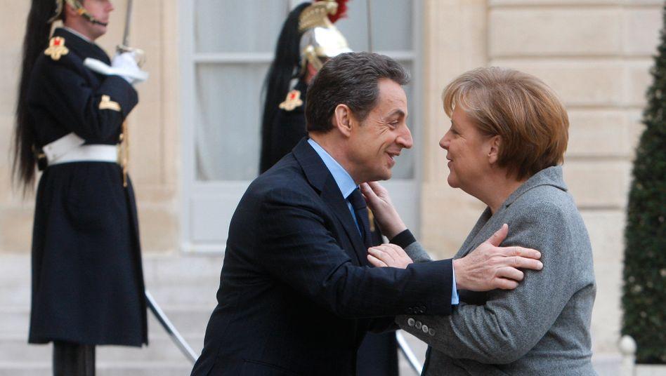 Merkel, Sarkozy: Die politische Umarmung der Kanzlerin ist der gewagteste Coup in Sarkozys (fast) aussichtsloser Aufholjagd. Gewinnt Hollande, muss Merkel wieder bei Null anfangen
